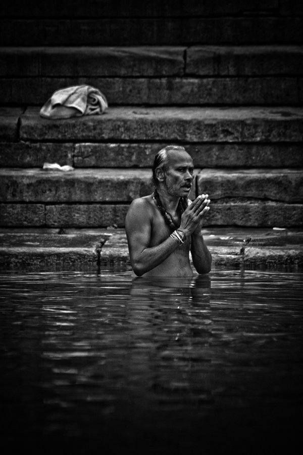 Bathing in the Ganges Varanasi India 15th Dec 2014_14_ Julian_Bound