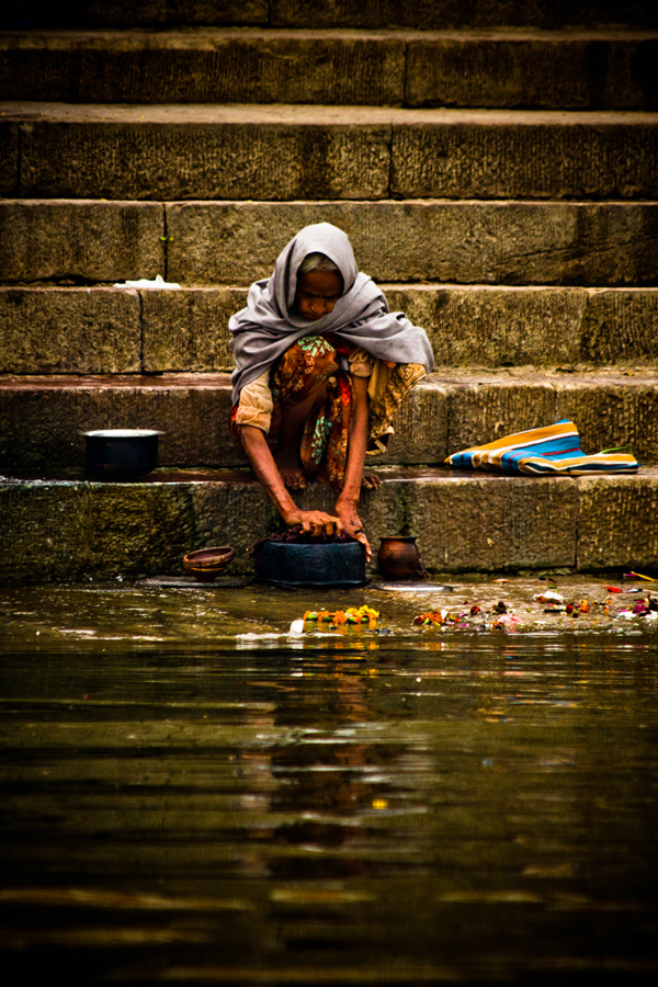 Bathing in the Ganges Varanasi India 15th Dec 2014_4_ Julian_Bound