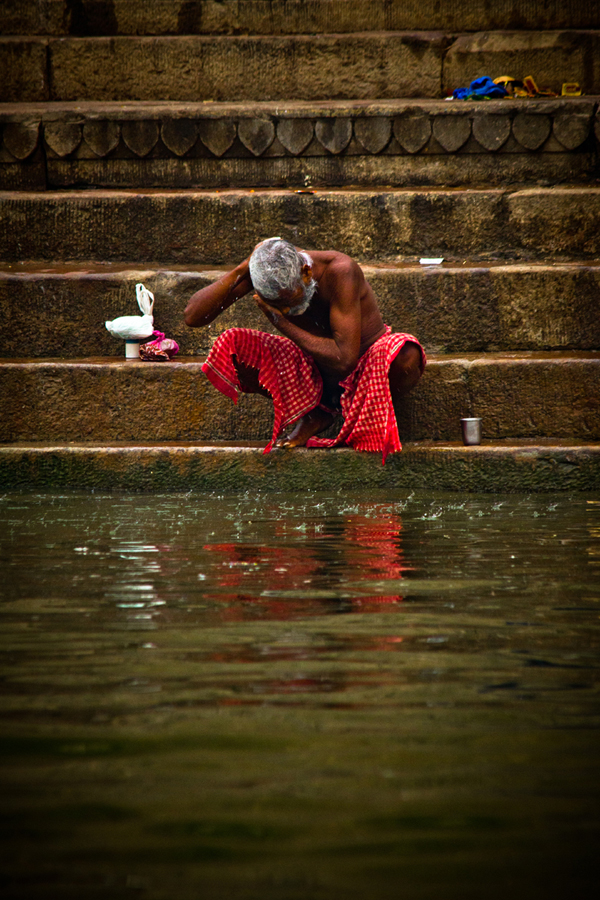 Bathing in the Ganges Varanasi India 15th Dec 2014_7_ Julian_Bound