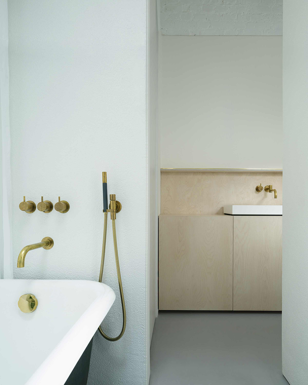 PH2_10_bathroom_vola_brass